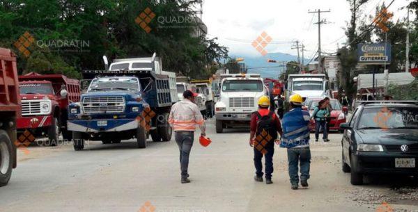 Protestan transportistas por adeudo y obra inconclusa en Oaxaca