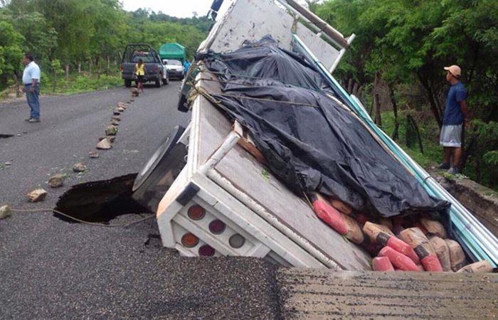 Socavón en carretera de Oaxaca, cae camión pesado