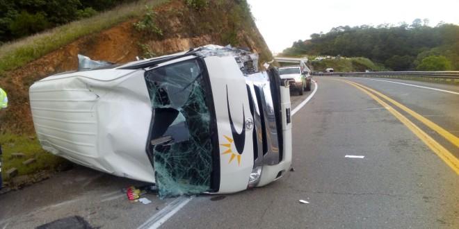 Sufre accidente Urvan de Huajuapan; carambola deja cinco lesionados