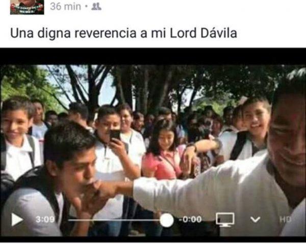 #AnécdotaPolitica Jóven le besa la mano a Dávila