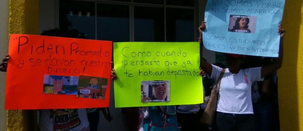 Alumnos de Tuxtepec emplazan al gobierno para pago de becas +FOTOS