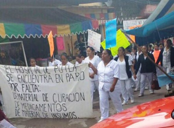 Marchan trabajadores del Hospital General de Putla de Guerrero