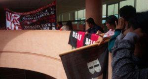 Protestan con banderas rojinegras en la UABJO
