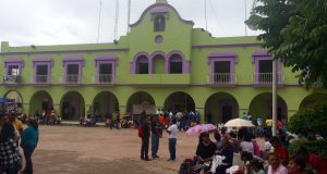 Profesores de Putla bloquean el palacio municipal.
