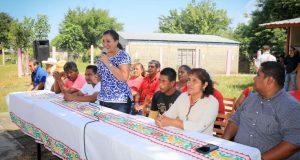 Karina Barón arranca construcción de cancha techada  en La Isla del Viejo Soyaltepec