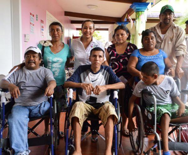 Tuxtepecanos reciben sillas de ruedas,muletas,andaderas, bastones estándar y para invidentes