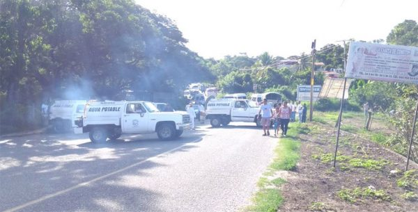 Bloquean transportistas la carretera costera 200 en Oaxaca