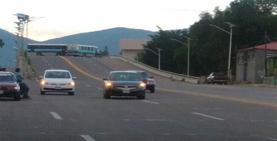 Colonos de la Vicente Guerrero bloquean carretera 175