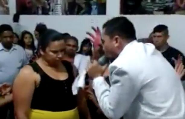Video: Con ayuda de pastor, mujer perdió 35 kilos en 6 minutos
