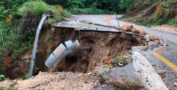 Lluvias y deslaves provocan daños en carretera a la Costa de Oaxaca