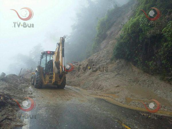 Se registra derrumbe en carrtera Tuxtepec-Oaxaca, hay paso por un carril