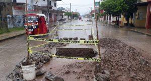 Vecinos de Valle Nacional acusan de irresponsable al personal de Agua potable por socavón