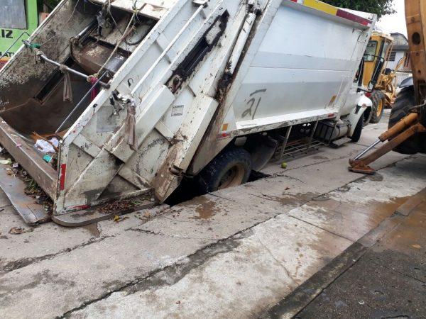 Otro socavón… Cae camión de basura y rompe alcantarillado