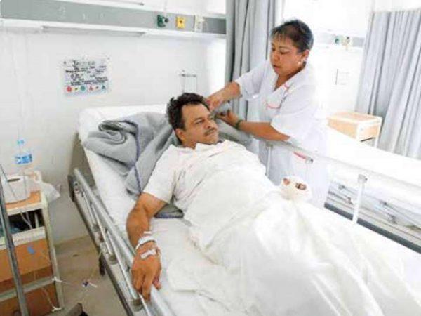 Maestro perdió dedos por proteger a alumna durante sismo