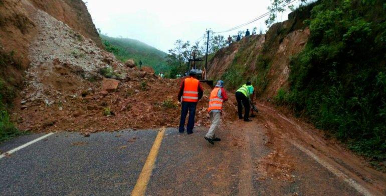 Deslave de cerro impide tránsito en carretera de Putla