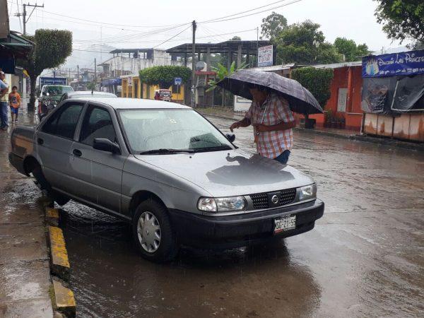 Taxi se impacta contra vehículo particular