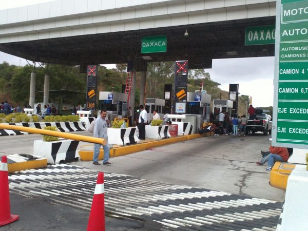 Normalistas toman caseta de peaje en Oaxaca