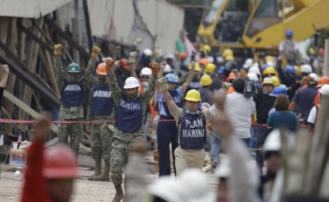 Oficial mexicano rectifica sobre niña atrapada tras terremoto y sigue búsqueda