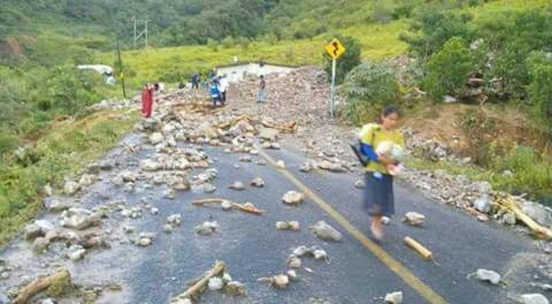 Entre piedras y lodo dejan lluvias a comunidad triqui de Oaxaca