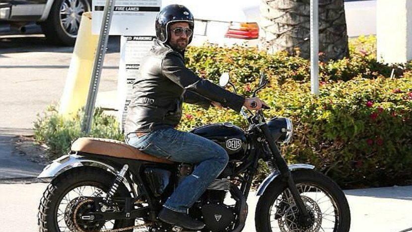 Gerard Butler, hospitalizado tras accidente de moto