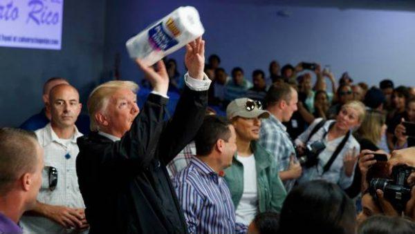 Trump se divierte arrojando rollos de papel a damnificados de Puerto Rico