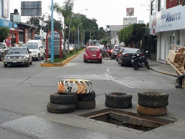 Precaución en cruce de Carranza y Ávila Camacho, caja de registro abierta