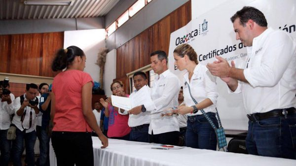 Entregan certificado de posesión a 37 familias de Benemérito Juárez