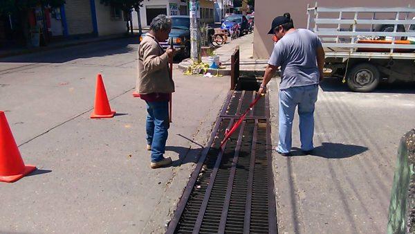 """""""Reparan"""" provisionalmente alcantarilla de Guerrero y Carranza"""