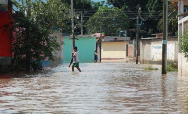 """Por tormenta """"Ramón"""" se desbordan dos ríos en Oaxaca"""