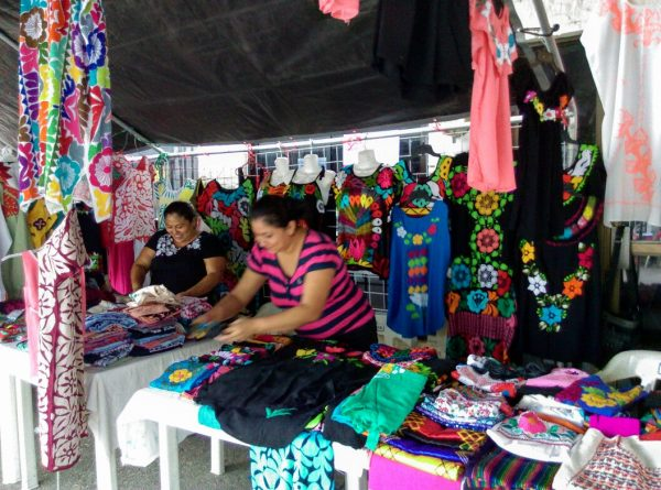 Artesanas de Jalapa de Díaz, piden espacios para comercializar sus bordados