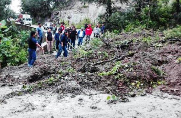 Derrumbe impide el paso hacia Tuxtepec