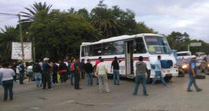 Padres de familia bloquean crucero en Oaxaca, piden demolición de escuela