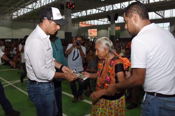 Benefician Gobiernos Federal y Estatal a personas adultas de Salina Cruz