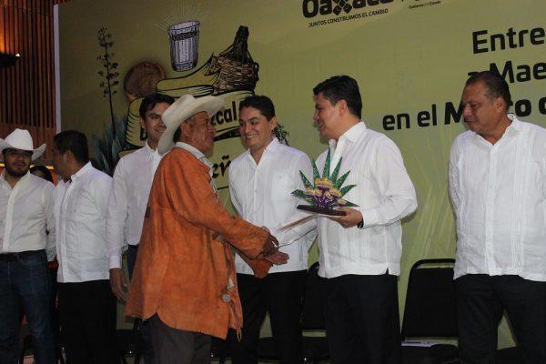 Gobierno de Oaxaca galardona a mezcaleros con 50 años de trayectoria
