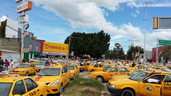 Taxis del centro bloquean avenida