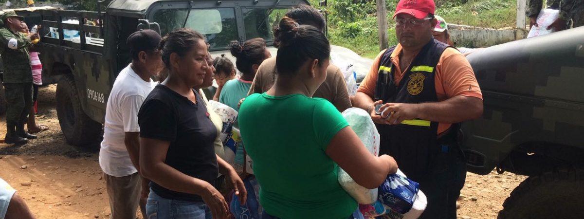 Medios de Comunicación y Canaco entregan víveres en Palogacho