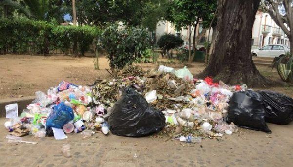 Toneladas de basura son acumuladas en las calles de Oaxaca