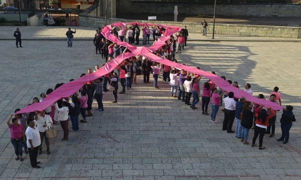 """Con lazo humano, conmemoran """"Mes de sensibilización sobre el cáncer de mama"""""""