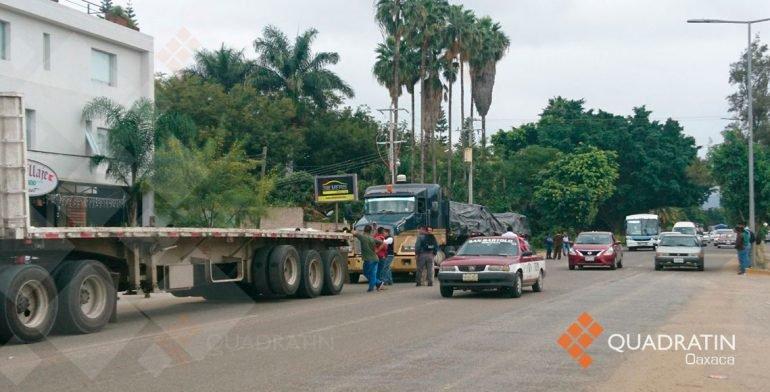 Secuestra CNTE camiones de empresas privadas en crucero de Oaxaca