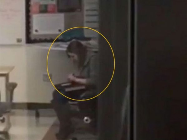 Captan a maestra de secundaría inhalando cocaína en el salón +VIDEO
