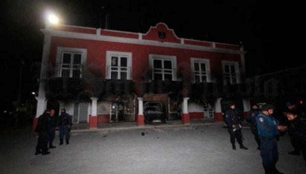 Pobladores queman presidencia, porque autoridades les impidieron linchar a ladrón