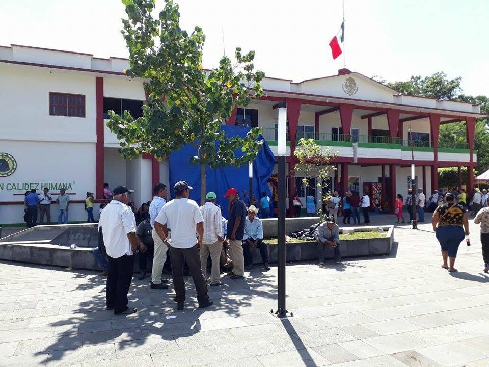 Habitantes de Pueblo Viejo toman palacio de Chiltepec, exigen recurso de 3 mdp