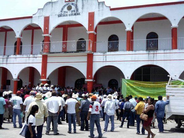 Abren palacio municipal de Ojitlán, trabajadores regresan respaldados por la población