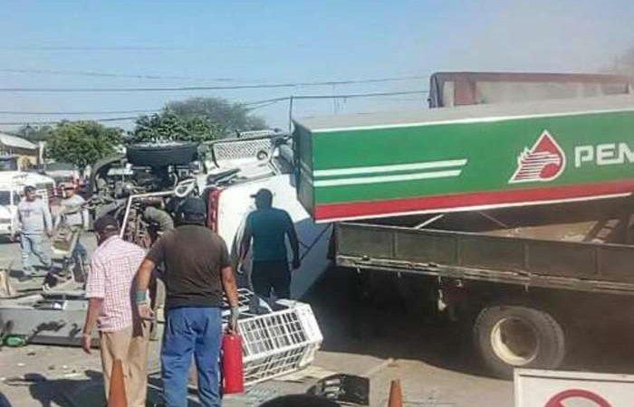 Tráiler se queda sin frenos y destruye gasolinera: hay cinco muertos