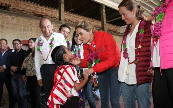 "Ivette Morán de Murat arranca programa invernal ""Calidez en Familia 2017"" en la región de la Mixteca"