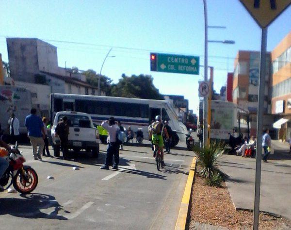 Deja sin servicio médico y bloqueos protesta de sindicalizados en Oaxaca