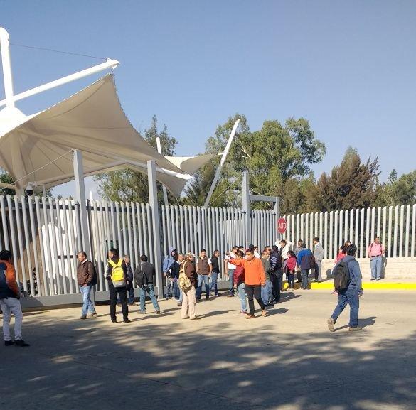 Bloquean trabajadores de bachillerato acceso a Ciudad Judicial en Oaxaca