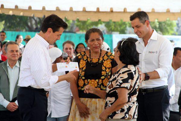 Compromete EPN agilizar entrega de tarjetas de apoyos a damnificados por sismos