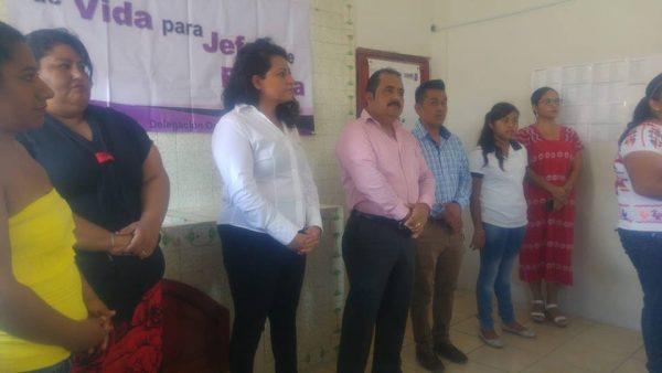 Entregan apoyos de Jefas de Familia en la Cuenca