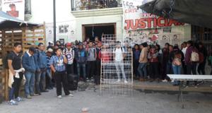 Normalistas denuncian falta de apoyo de la Sección 22; protestan en sede del magisterio